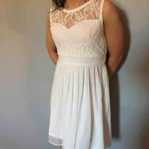 Vit klänning i storlek medium med genomskinlig spets på ryggen, perfekt till skolavslutning eller student!!🎉🥂🥳   Du betalar frakten på 40kr