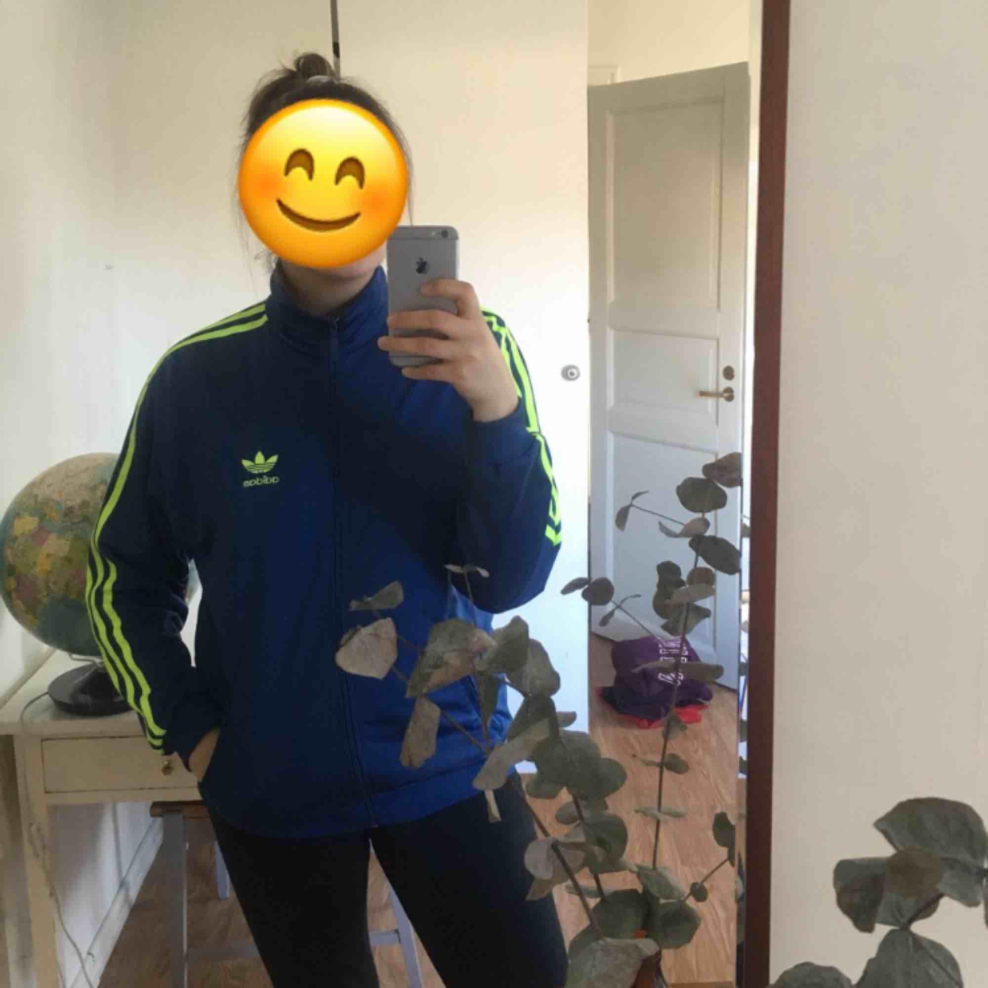 En snygg vintage adidas hoodie ish, blå och neongrön!! Står ingen stl men skulle säga S-M. Frakt tillkommer, skriv om du har frågor❣️. Huvtröjor & Träningströjor.