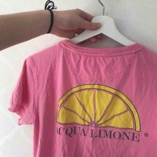 Rosa Acqua limone t shirt i storlek S. Aldrig använd bara legat i klädlådan senaste året (därav ostruken). Unisex. I priset ingår även ev fraktkostnad!