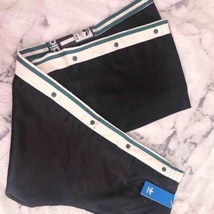 Supersnygga och trendiga popperpants från Adidas. Givetvis äkta, oanvända med prislapp kvar.