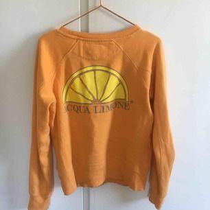 Superfin vårig Aqua Limone sweatshirt i en orange färg!! Står XXS men jag som har S/M kan ha den. Nypris ca 899kr så detta är ett kap!!! Frakt tillkommer och vid flera intresserade blir det budgivning. ❤️