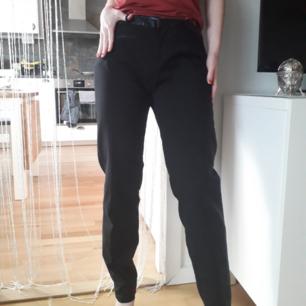 Snygga kostymbyxor med kedjedetaljer nedtill ifrån Zara! Jag på bilden har S! Byxorna är i L, så bättre passform på rätt storlek! FRI FRAKT! Finns också att hämtas-fråga mig om vart vid intresse