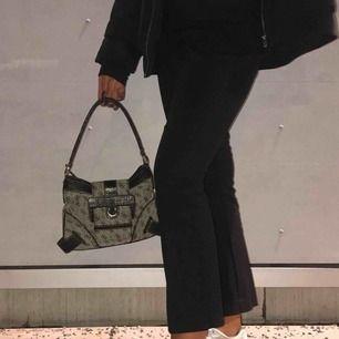 Guess väska, köpt på second hand!!