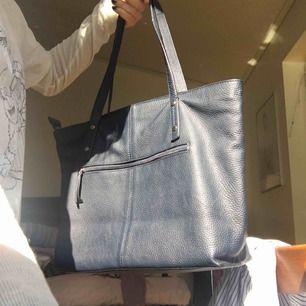 Mörkblå oanvänd rymlig handväska i fake skinn. Perfekt skick, ser fläckig ut på bilden men den har en jämn blå färg, passar de flesta!🤗 Möts i sthlm eller Nacka/Gustavsberg