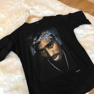 Tupac T-shirtklänning i storlek 8 Nyskick Nypris (slutsåld på Asos) ca 342kr  Obs. Frakt tillkommer om klänningen ska skickas