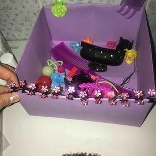 Rosa blommor som hårklämmor/hårsmycke. 2 blommor per klämma, 12 par klämmor. Helt nya! Varje blomma är mindre än en centimeter. Fina att dekorera olika frisyrer med.