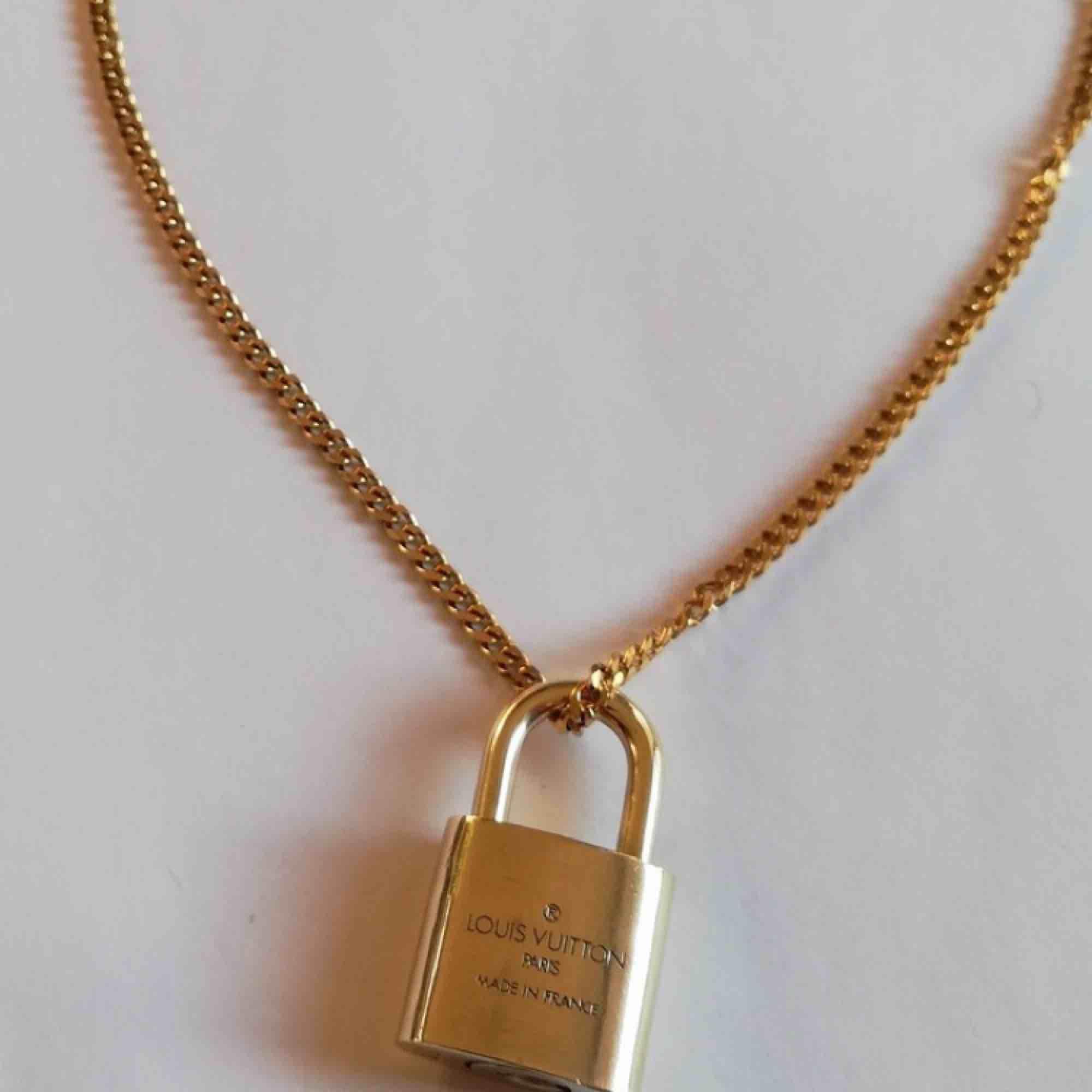 Louis vuitton lås till tex att ha på halsband (som på bilden). Accessoarer.