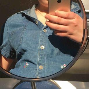 så fin jeansskjorta med blommor på <3 väldigt somrig, aldrig använd! köpare står för eventuell fraktkostnad