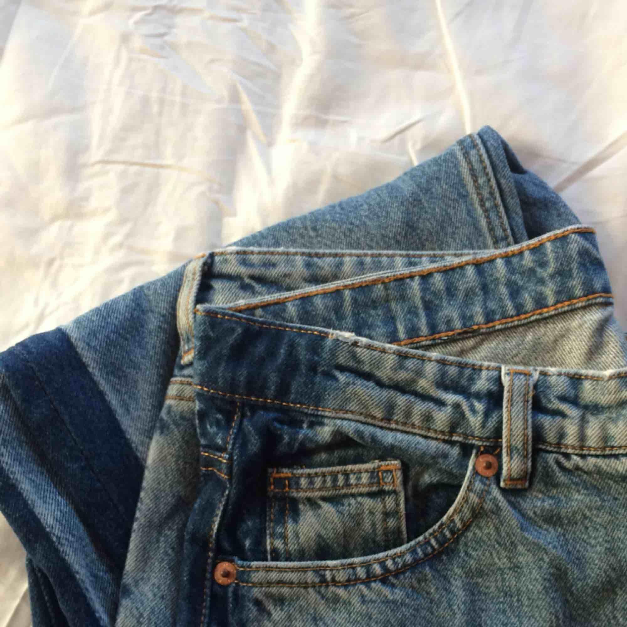 Supersnygga highwaisted jeans från Monki i storlek 31 (passar M/L). Säljer pga att de ej kommer till användning.. Jeans & Byxor.