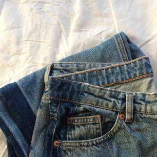 Supersnygga highwaisted jeans från Monki i storlek 31 (passar M/L). Säljer pga att de ej kommer till användning.