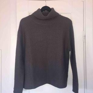 Varm och skön stickad tröja i jättefin mörkgrå färg från HM.