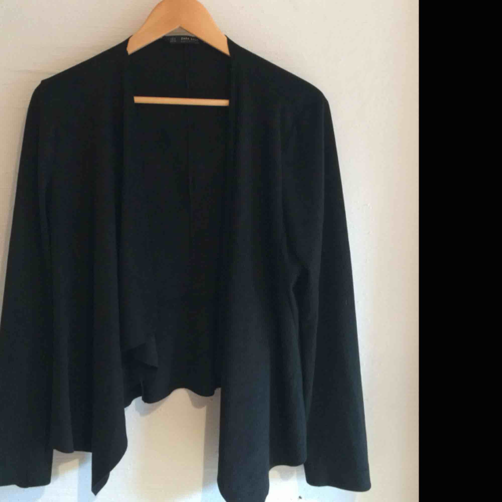 Mockajacka från Zara, nästintill oanvänd. Storlek M men passar även L. Nypris 299kr . Jackor.