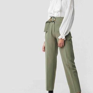 Suit pants från NA-KD, storlek 36, aldrig använd (prislapp fortfarande på), ordinarie pris 420kr.