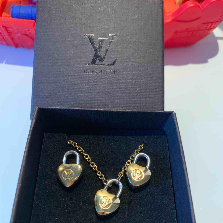 LV örhängen och halsband i guld och vit färg.. stainless  steel and hypoallergenic . Accessoarer.