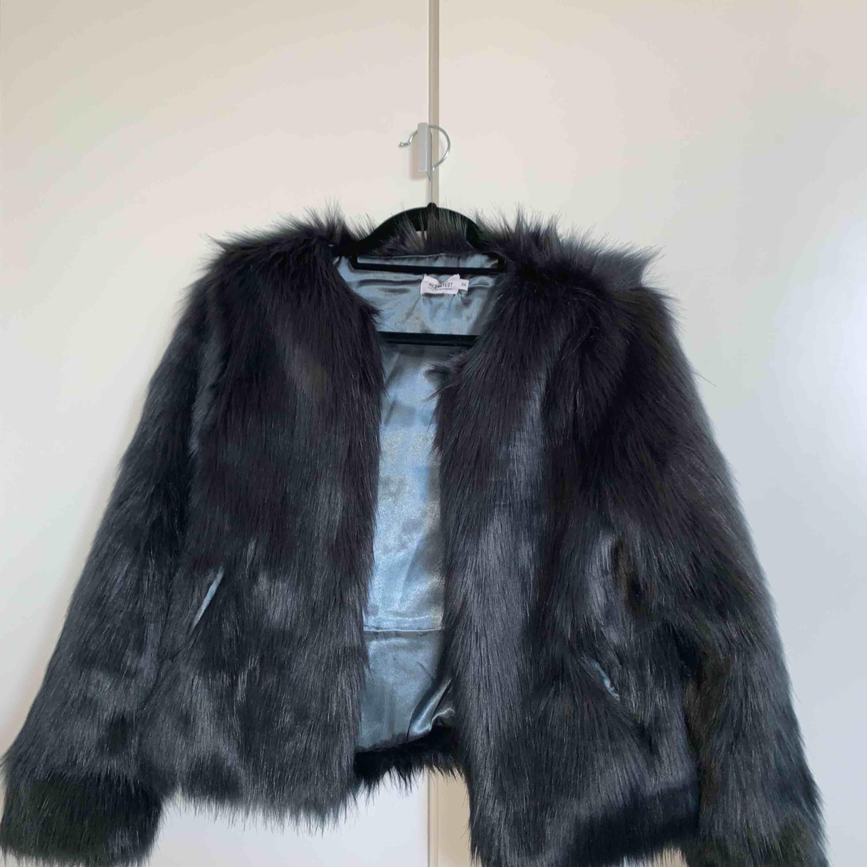 Fejk-pälsjacka från Andrea Hedensteds kollektion med NA-KD, använd 1 gång, storlek 34, ordinarie pris 879kr.. Jackor.