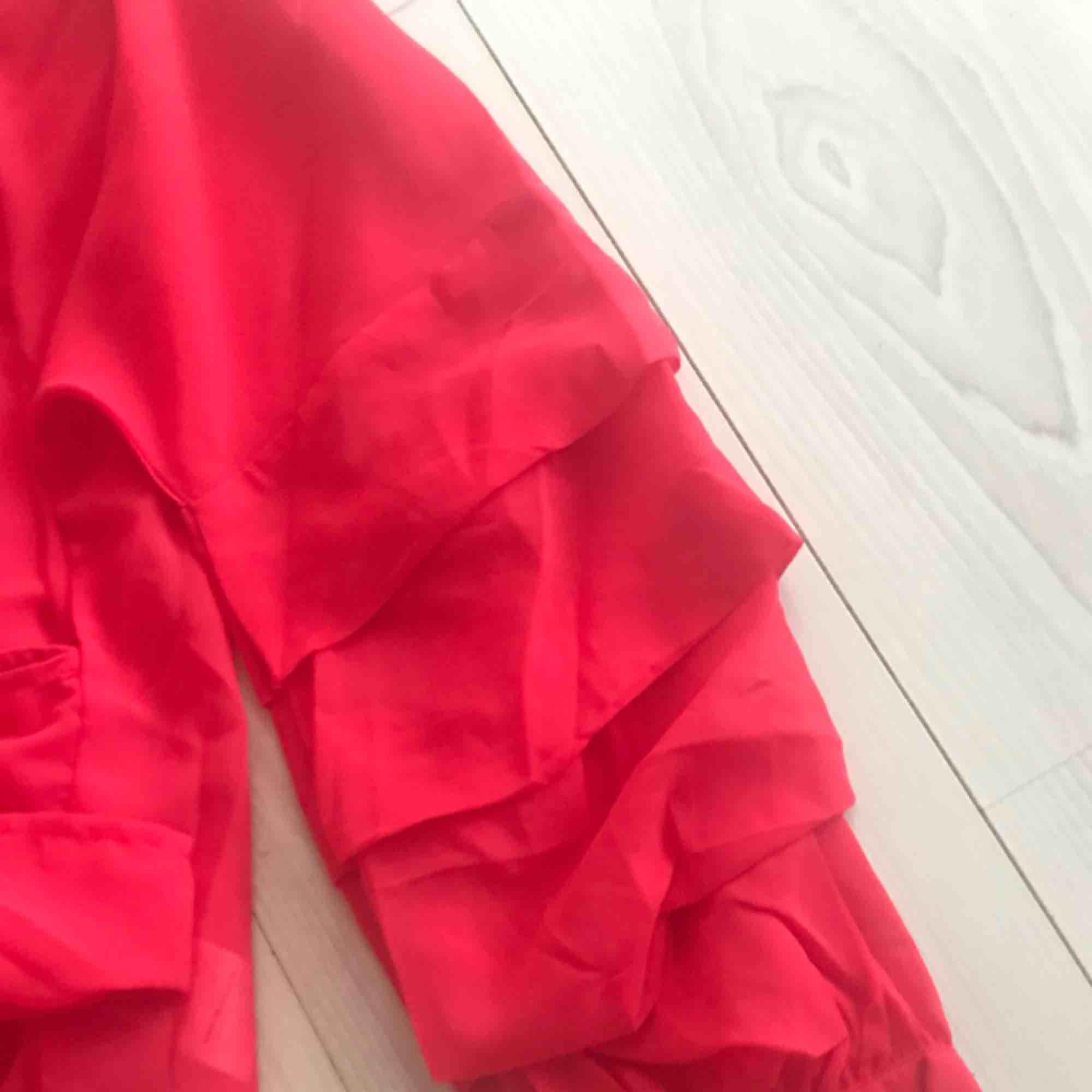 Vacker röd blus från NA-KD. Oanvänd och säljes pga att storleken blev fel. . Blusar.