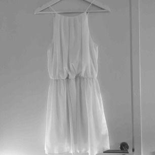 Vacker vit klänning som passar suveränt nu till studenten. Passar både S och XS och är knappt använd. Har du några frågor eller vill ha fler bilder är det bara att skriva till mig :) Frakt betalar köparen.