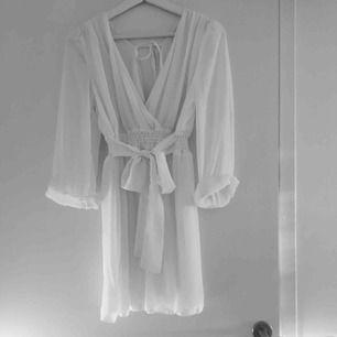 Super fin vit klänning som passar både S och XS. Näst intill oanvänd. Har du några frågor eller vill ha fler bilder är det bara att skriva till mig :) Frakt betalar köparen.