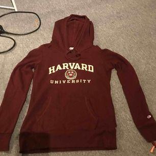 • Jättefin hoodie från Harvard  • Köpt i USA på butiken Harvard (Äkta) • Skulle säga att färgen är ljusare tonen än vinröd men liknande • på värsta armen finns ett champion märke • Använd ca 5 gånger  • Fraktar endast! Köparen står för frakten