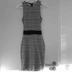 """Snygg randig klänning med en """"cut out"""" på ryggen. Enbart använd vid fåtal tillfällen så den är i prima skick. Om du har några frågor eller vill ha fler bilder är det bara att skriva :) Frakt betalar köparen."""