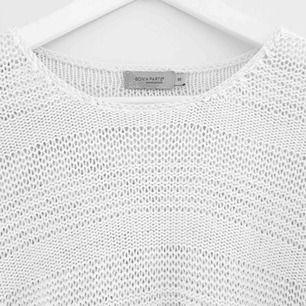 Snygg virkad vit tröja med 3/4 armar. Väldigt skön och SÅ snygg nu till sommaren. Knappt använd och passar både XS och S. Vid frågor eller om fler bilder önskas är det bara att skriva till mig :) Frakt betalar köparen.