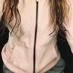 Ljus rosa tjock tröja, mjuk på insidan. Något du kan ha när de är kalla sommarkvällar och du inte vill ha en jacka. Inga skador på.