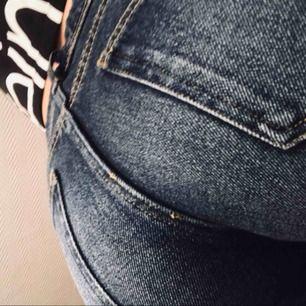 Blåa shorts med fickor på baksidan, man får väldigt bra rumpa.