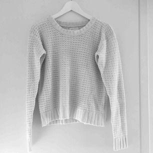 Super snygg stickad tröja. Väldigt mysig och sticks inte alls. Bra skick och passar både S och XS (står M men skulle jag inte säga att det är). Har du några frågor eller vill ha fler bilder är det bara att skriva till mig :) Frakt betalar köparen.