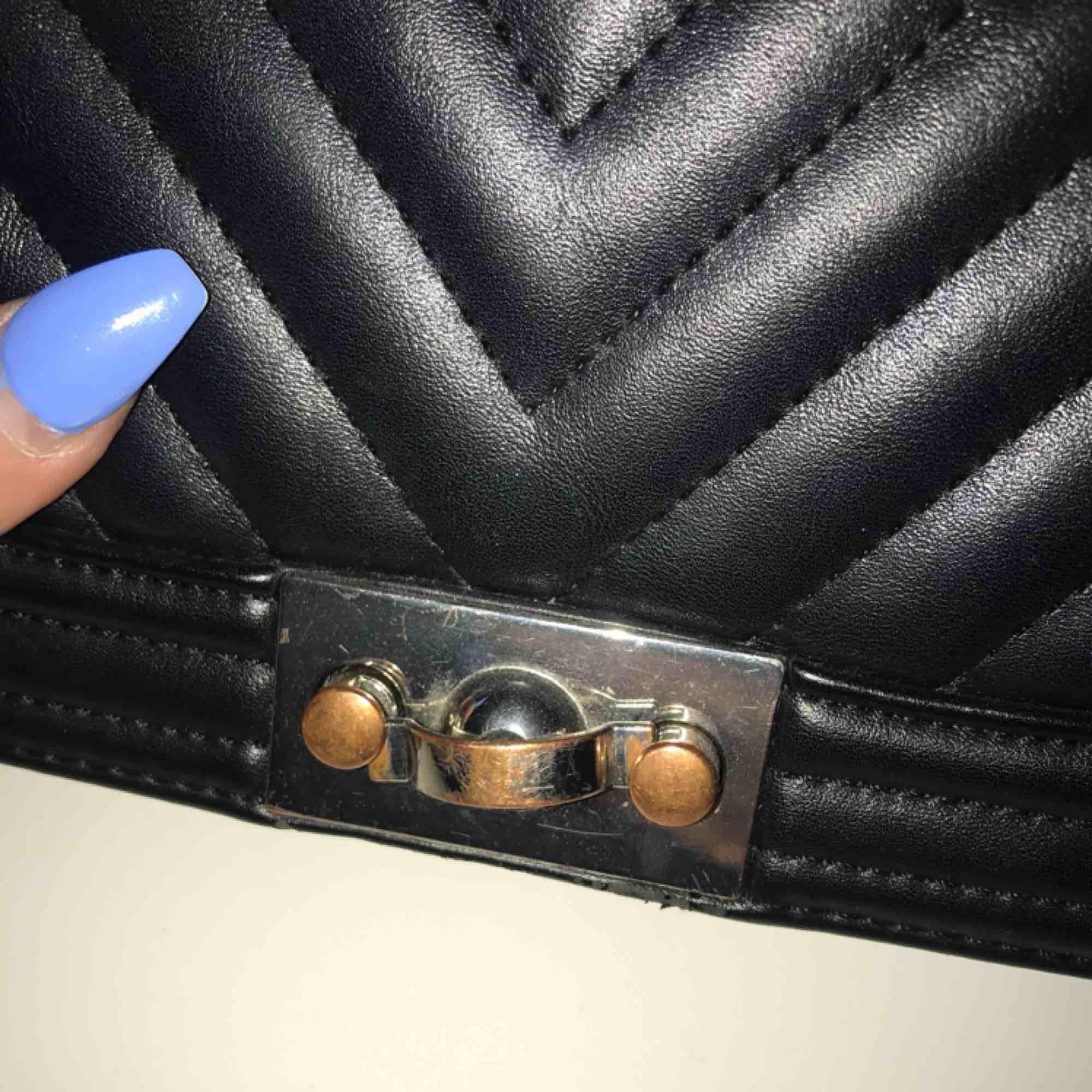 En väska i svart fake skinn från Gina tricot, väl använd men i fint skick. Lite rostig i knäppet. Jättesnygg väska som passar till allt! ⭐️  Kan mötas upp i Göteborg men vill man ha något fraktat så får köparen stå för frakten!. Väskor.