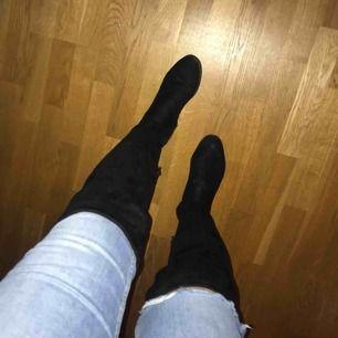 Svarta knähöga skor från skopunkten eller dinsko. Den högra skon har ett litet märke där fram men inget större fel på skorna. Ingen klack  Kan mötas upp i Göteborg men vill man ha något fraktat så får köparen stå för frakten⭐️