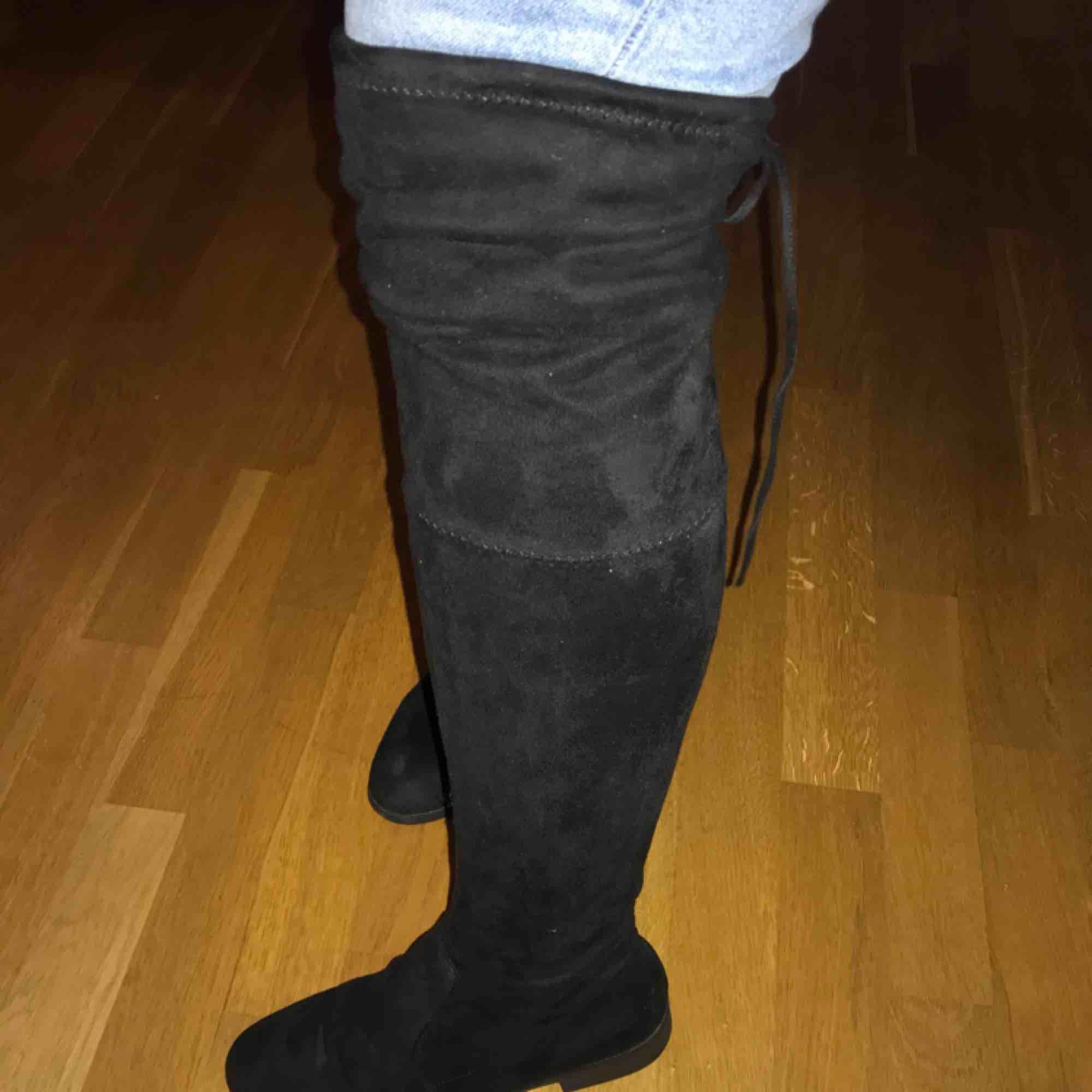Svarta knähöga skor från skopunkten eller dinsko. Den högra skon har ett litet märke där fram men inget större fel på skorna. Ingen klack  Kan mötas upp i Göteborg men vill man ha något fraktat så får köparen stå för frakten⭐️. Skor.