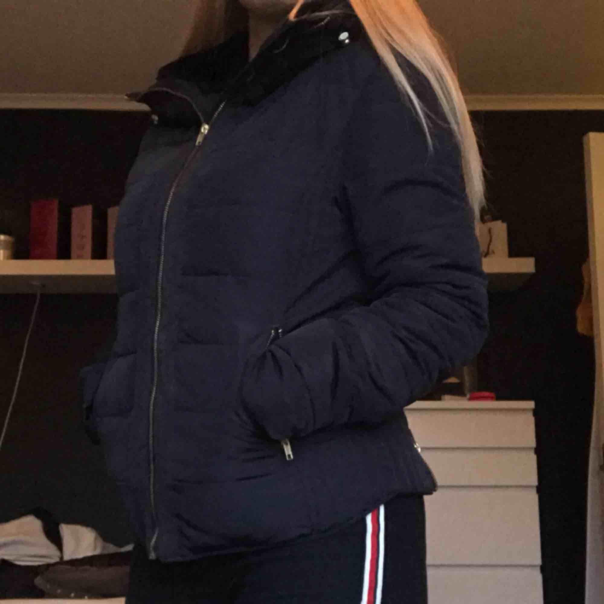 Vinter/höstjacka från Saint tropez i storlek M. Köpt för några år sedan men inte speciellt använd. Väldigt fint och välbehållen. Färgen är marinblå.   Kan mötas upp i Göteborg men vill man ha något fraktat så får köparen stå för frakten⭐️. Jackor.