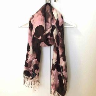 Helt oanvänd scarf, perfekt till våren! I nyskick.