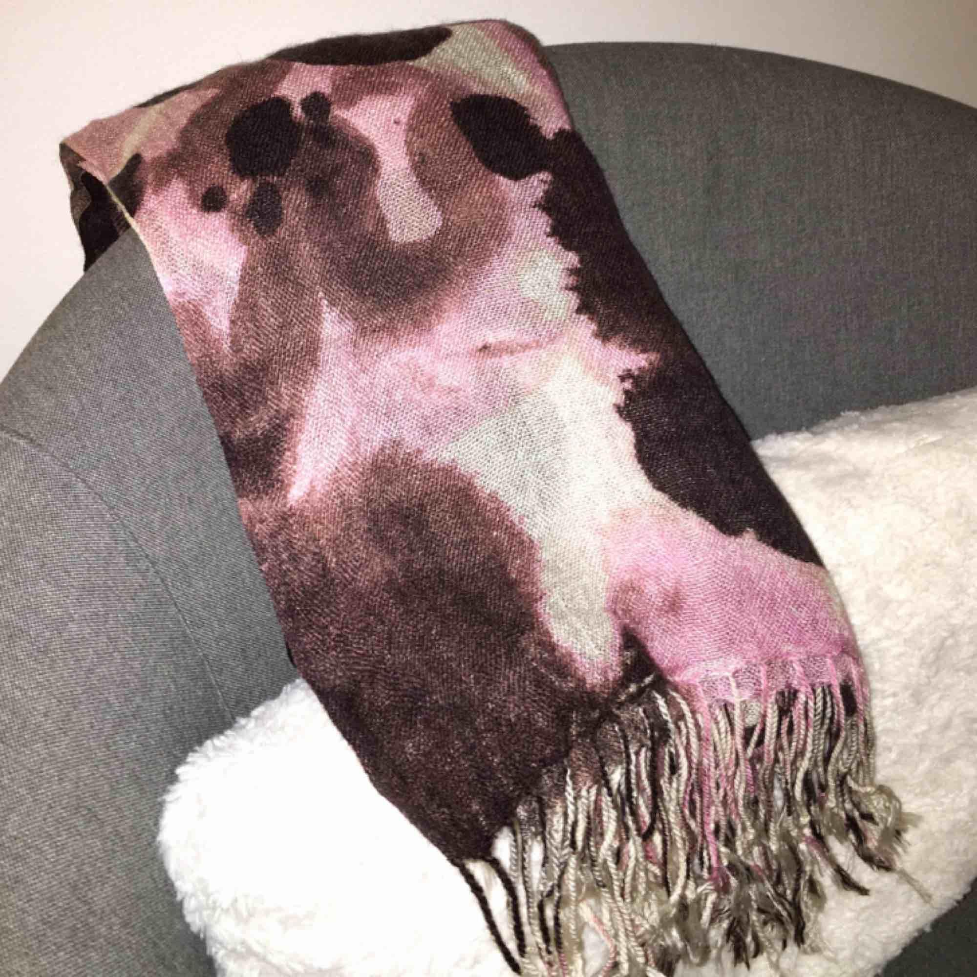 Helt oanvänd scarf, perfekt till våren! I nyskick.. Accessoarer.