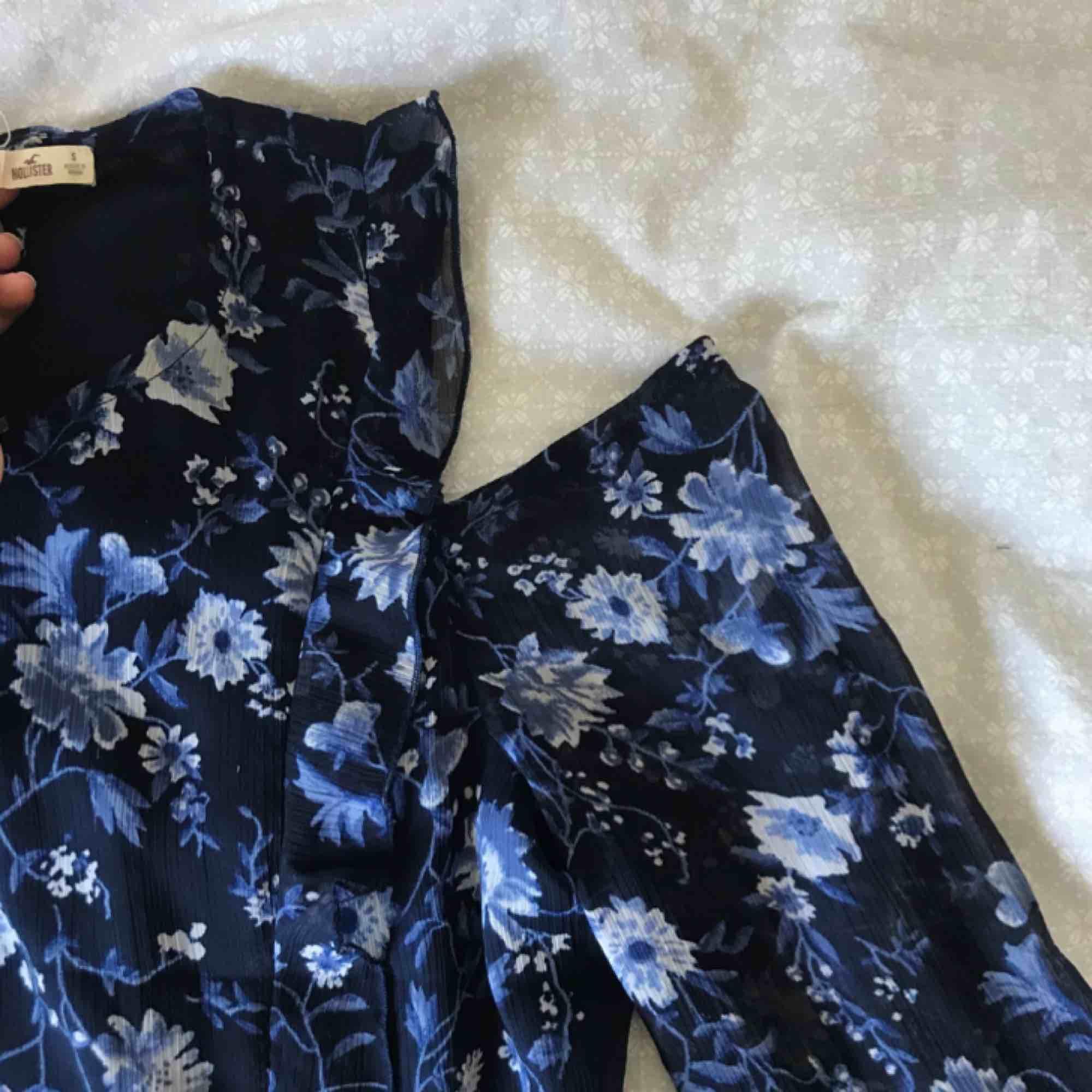 marinblå & ljusblå-blommig volang blus från hollister, har cut outs i axlarna, i storlek s men är väldigt liten i storleken, fraktar men köparen får stå för fraktkostnaden, hör gärna av er om ni har frågor eller vill ha fler bilder :) . Blusar.