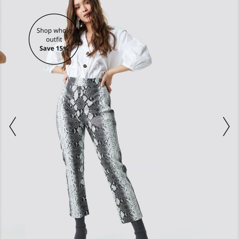 Skitsnygga och balla ormbyxor. Dragkedja på sidan. Använda ca 3 gånger men har gått ner i vikt så nu är dom tyvärr förstöra i midjan på mig😭😭. Jeans & Byxor.