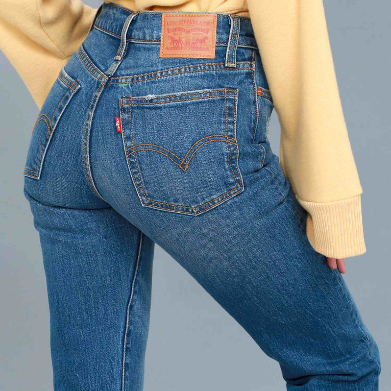 Ett par skitsnygga Levis wedgie jeans. Rak modell och sitter bra över rumpan. Längden och passformen ser ni på andra bilden. Väldigt sköna jeans med lite stretch. Snygg touch med lite fransar längst nere. Inköpta för 1199kr.. Jeans & Byxor.