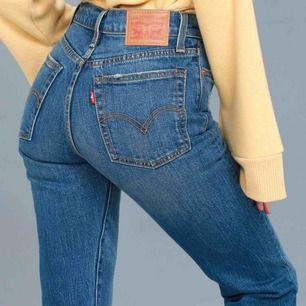 Ett par skitsnygga Levis wedgie jeans. Rak modell och sitter bra över rumpan. Längden och passformen ser ni på andra bilden. Väldigt sköna jeans med lite stretch. Snygg touch med lite fransar längst nere. Inköpta för 1199kr.