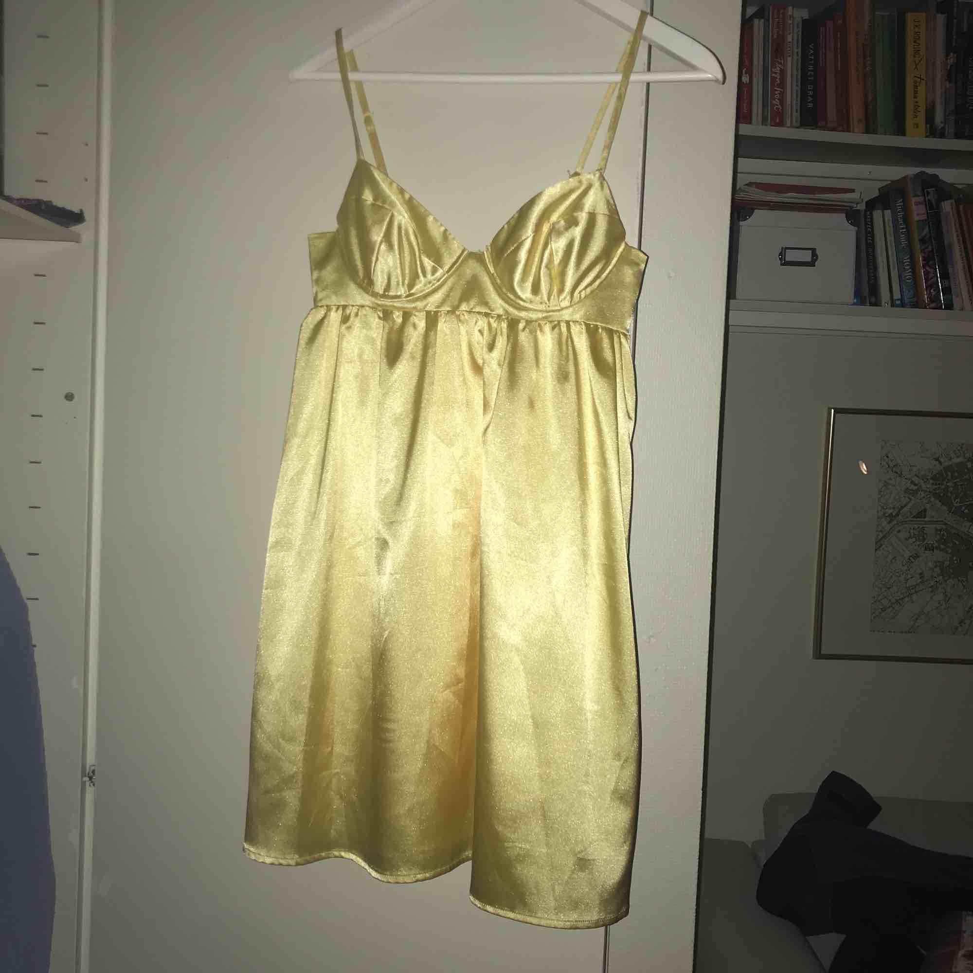Gul klänning från GinaTricot med snörning i ryggen! Dragkedja i sidan. Klänningar.