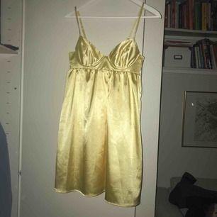 Gul klänning från GinaTricot med snörning i ryggen! Dragkedja i sidan