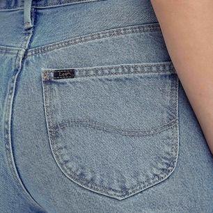 Mycket snygga Lee mom straight jeans som tyvärr inte passar längre. Storlek W26 L31, men känns mer som en W25. Långa och raka ben. Sitter snyggt över rumpan.