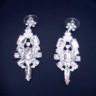 Svinsnygga örhängen från Snö! Bild 2 är från zalandos hemsida och visar örhängena på modellen. Frakt: 9:-