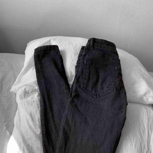 Högmidjade svarta jeans från BikBok i använt skick, lite slitna & urtvättade. Frakt kostar 55kr extra, postar med videobevis/bildbevis. Jag garanterar en snabb pålitlig affär!✨ ✖️Fraktar endast✖️