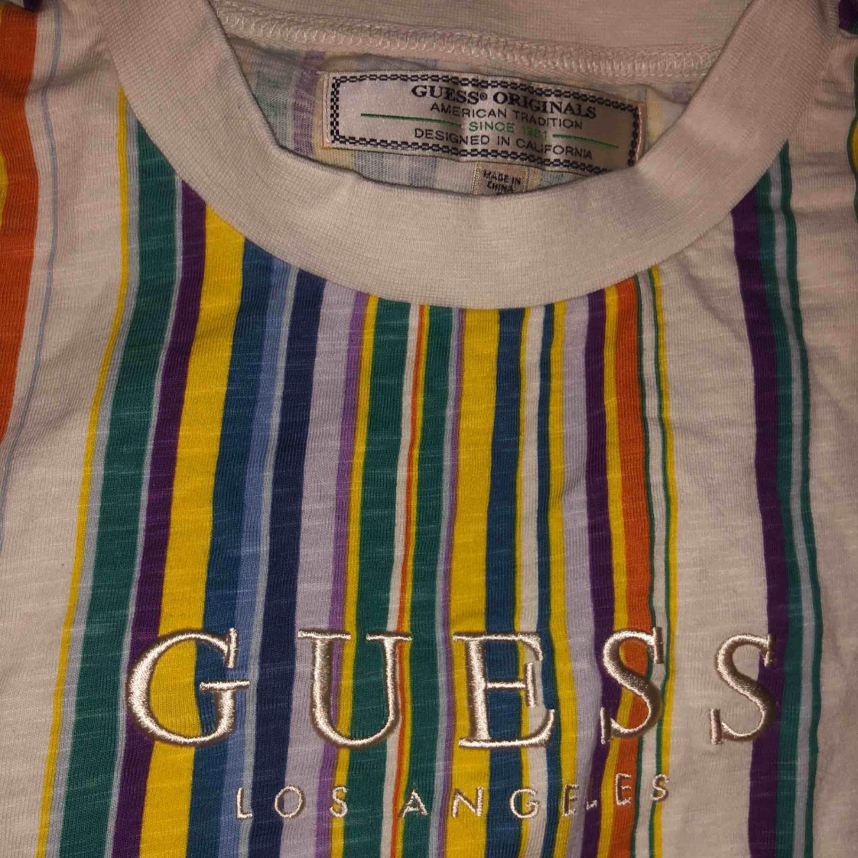 GUESS tröja i storlek S (man). Inköpt i USA. Aldrig använd. Reducerat pris vid köp av något annat på min sida. Skriv vid intresse och ge prisförslag!. T-shirts.