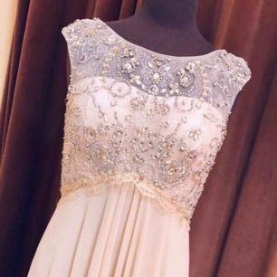 Använd 1 gång Inga fel på klänningen Pris går att diskutera