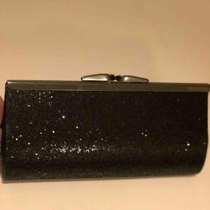 Söt liten glittrig kuvertväska. Kommer inte ihåg vart ja köpte den