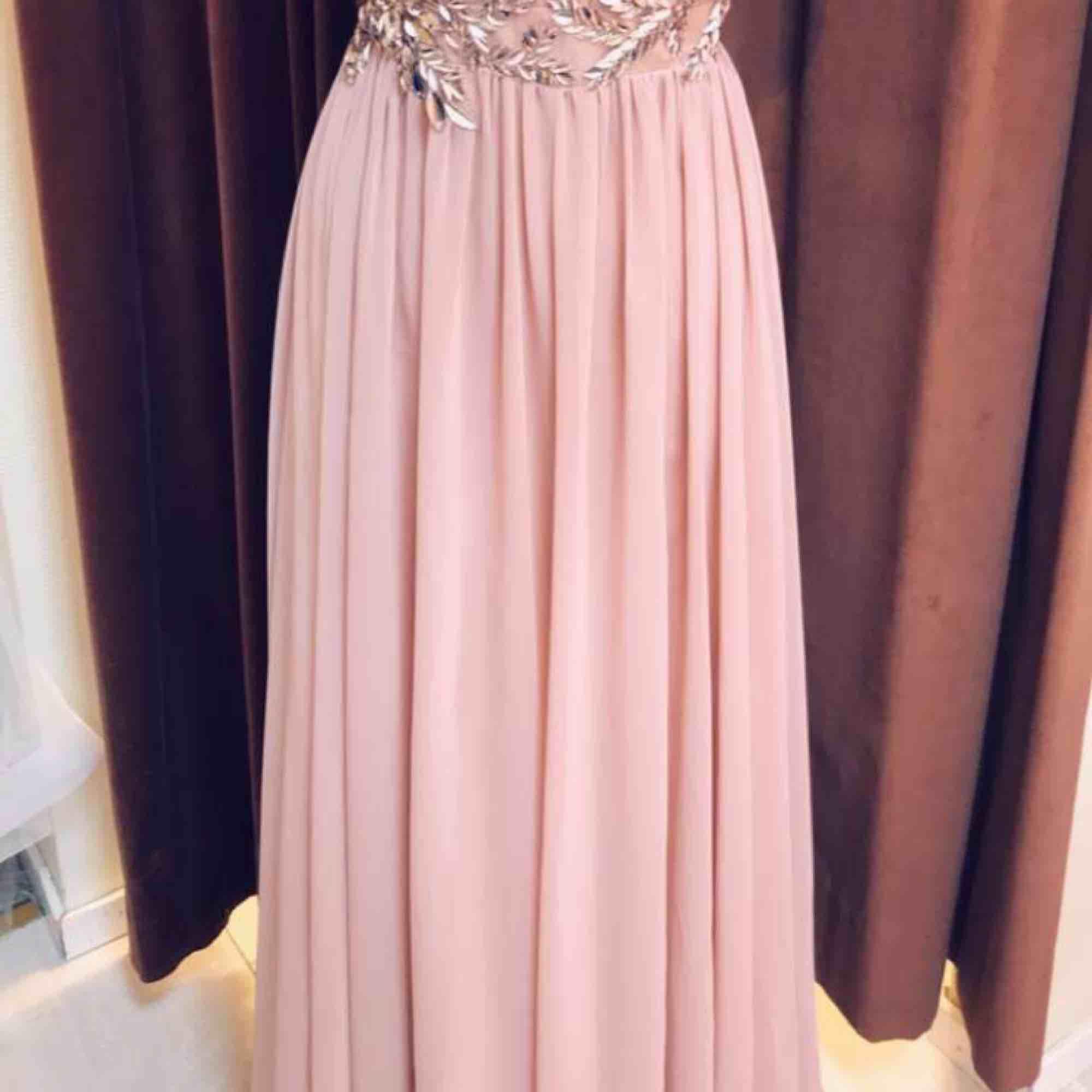 Använd 1 gång Inga fel på klänningen . Klänningar.