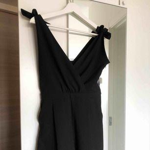 Playsuit svart från Zara! Helt ny, aldrig använd endast provad. Justerbara axelband! Smets i ryggen.