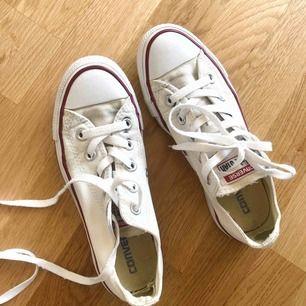 Converse skor, slitna i hälen men hela på utsidan! Tvättade och rena.