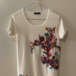 T-shirts från Kenzo, 100% äkta, storlek s, fin skick, ingen fläcka. Finns i Odenplan Stockholm. Kan skicka som vanlig brev eller spårbar